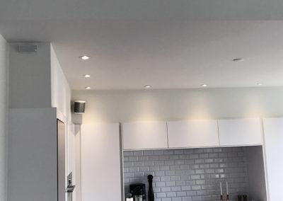 PLAY1 på vægbeslag i køkken
