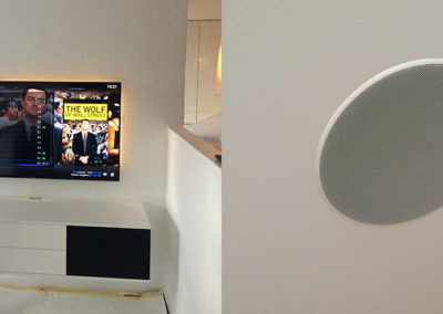 Komplet TV løsning med møbel og indbygget lofthøjttalere